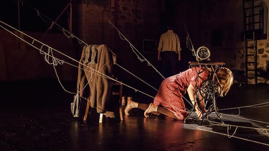 Escena de la obra 'La voz dormida', este sábado en el Teatro Guimerá
