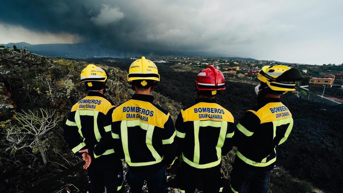 Bomberos de Gran Canaria, desplegados en La Palma por la erupción del volcán en Cumbre Vieja