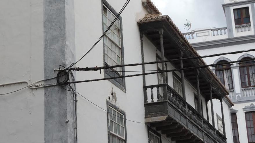 En la imagen, cables en la calle Blas Simón, en el casco histórico de Santa Cruz de La Palma.