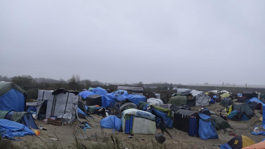 Parte del campamento de refugiados de Calais, Francia, donde esperan para poder cruzar a Reino Unido por el Eurotúnel / Eduardo Granados