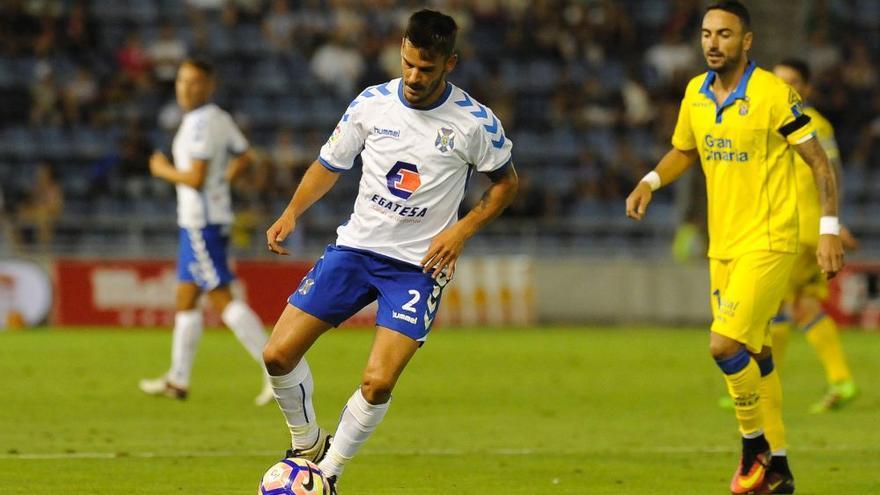 El futbolista del CD Tenerife, Edu Oriol, controla un balón en el amistoso ante la UD Las Palmas.