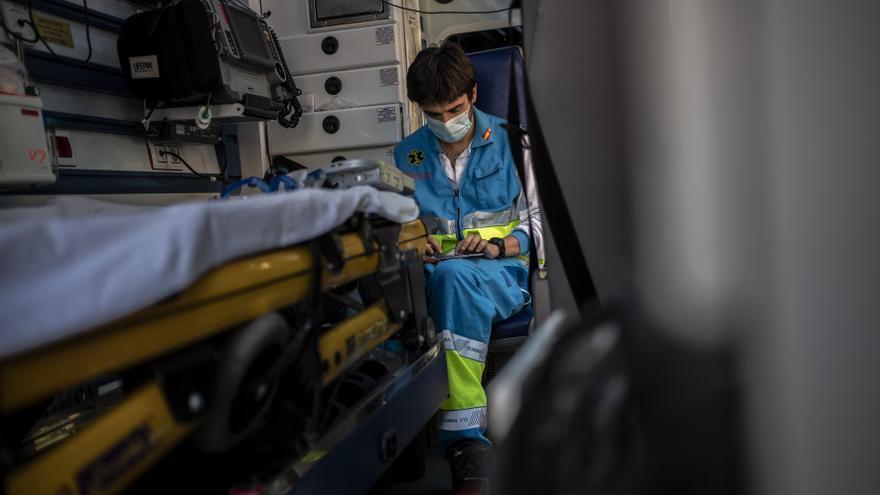 Carlos Rubio, médico, apuntando los detalles de una intervención en el interior de la ambulancia.