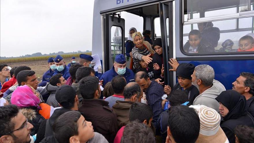 Miles de refugiados llegan a Hungría para seguir hacia Europa Occidental