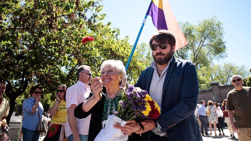 Familiares de Timoteo Mendieta acuden al cementerio con flores para honrarle