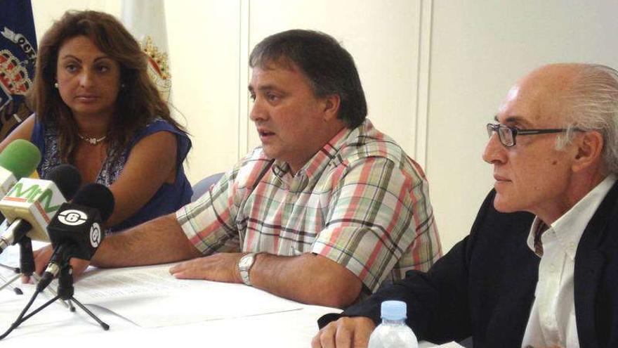 Ricardo García, en el centro, junto a Cristina Valido y al actual alcalde de Santa Úrsula, en una imagen de archivo.