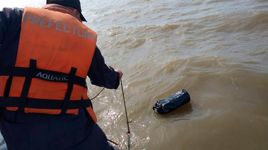 Río de la Plata: un muerto, dos náufragos y un bolso con 37 kilos de cocaína flotando