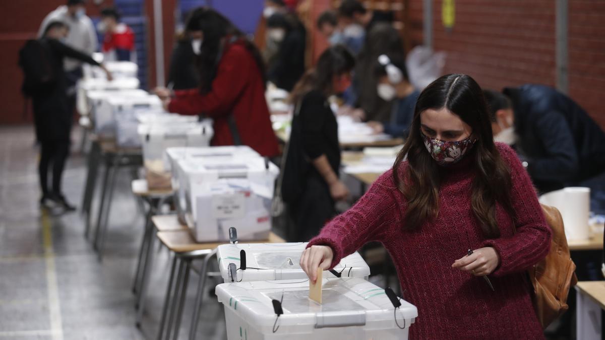Chilenos de la comuna de Providencia, en Santiago, participan en las elecciones locales y constituyentes celebradas en mayo