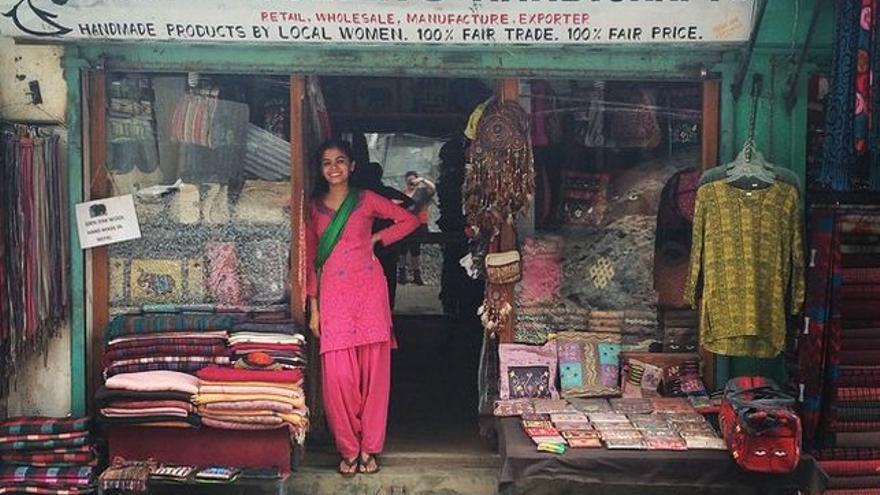 Nasreen Sheikh, en la puerta del local de su tienda de artesanía. Foto: Imagen cedida.