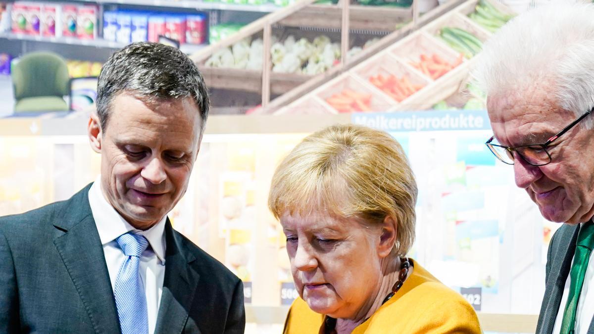 Imagen de archivo. Bernd Welz, presidente de la Fundación del Clima (izquierda), la canciller alemana Angela Merkel (CDU) y Winfried Kretschmann, presidente de Baden-Württemberg (derecha) durante una visita guiada a la inauguración del Climate Arena de la Fundación Dietmar Hopp.