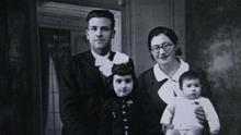 Atilano Coco junto a su mujer, Enriqueta Carbonell, y sus hijos, Alicia y Enrique.