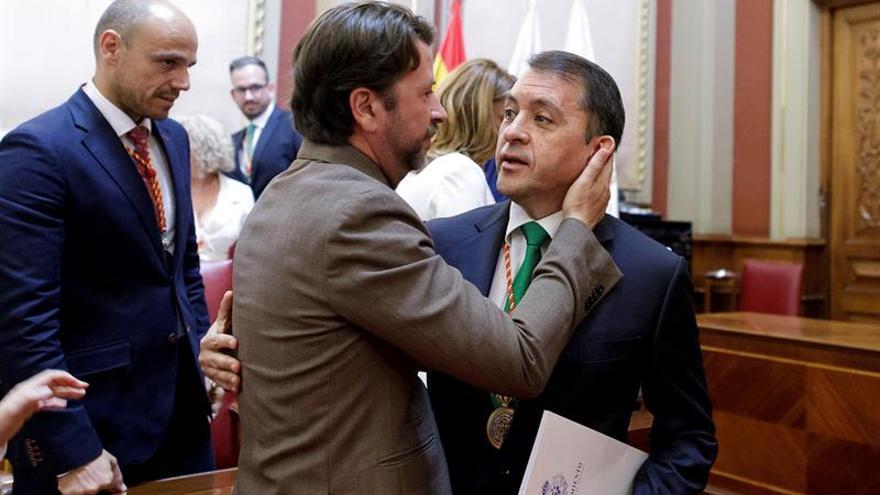 Carlos Alonso, presidente del Cabildo de Tenerife en funciones, consuela al alcalde saliente de Santa Cruz, Jose Manuel Bermudez.