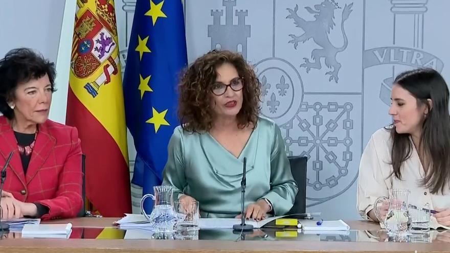 Isabel Celaá, la portavoz María Jesús Montero y la ministra de Igualdad, Irene Montero, en la rueda de prensa del Consejo de Ministros.