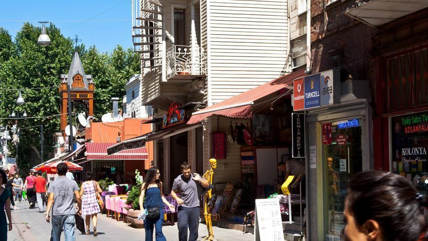 Calles comerciales del barrio de Usküdar, en Estambul. VIAJAR AHORA