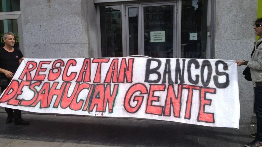 Protesta ante una sucursal de Bankia con motivo de la acción 'Toque a Bankia' (foto vía @diogenescar)