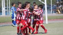 Un grupo de niños celebra un gol en la Copa Federación en Puçol (Valencia)