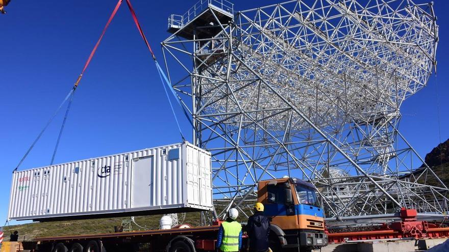 El sistema informático de la Red de Telescopios Cherenkov ha sido transportado al Roque de Los Muchachos en un contenedor de 12 metros y permanecerá en el mismo hasta que el edificio de operaciones esté listo. Crédito de la foto: Kazuma Ishio.