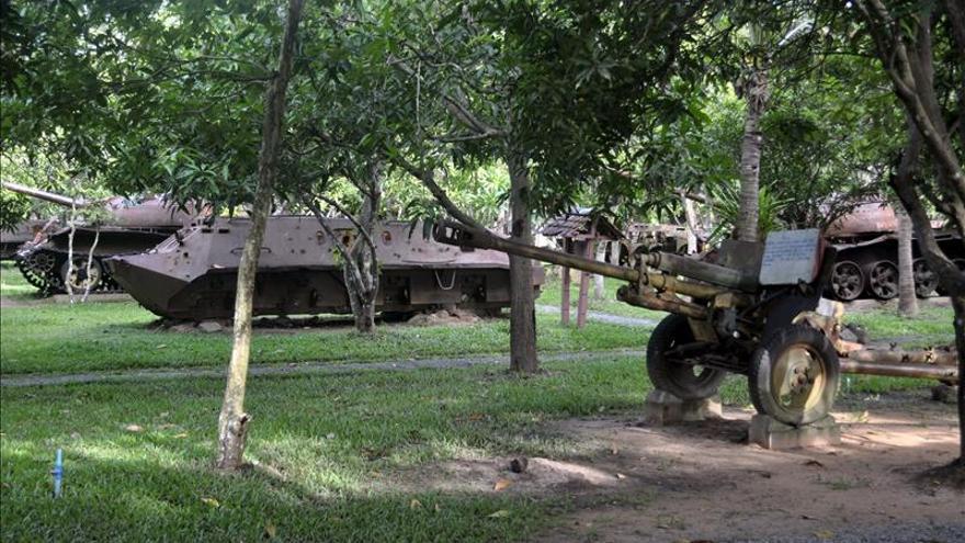 Armas oxidadas y veteranos de guerra enseñan en Camboya la historia del país