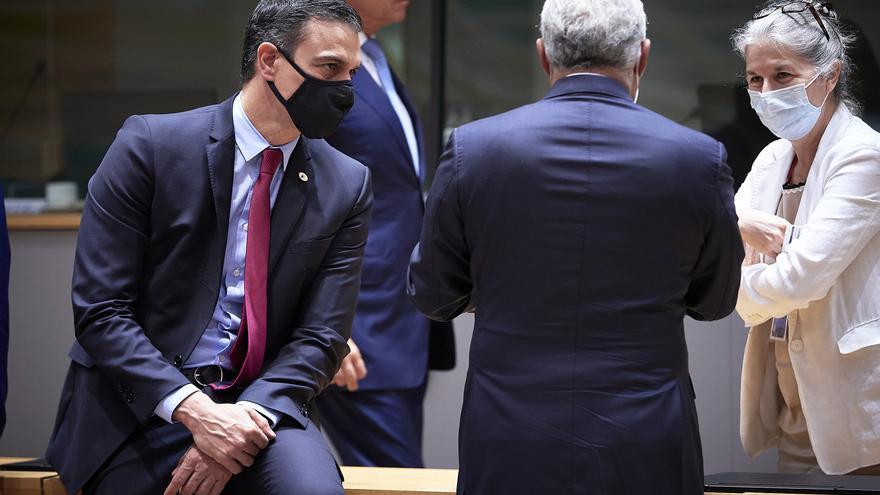 Pedro Sánchez, a la izquierda con mascarilla, durante el Consejo Europeo especial