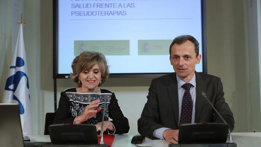 Los ministros Carcedo (izquierda) y Duque, durante la presentación del plan contra las pseudoterapias