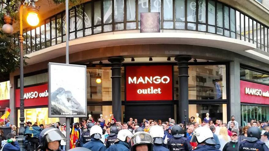 Una fuerte presencia policial estuvo presente durante toda la manifestación vespertina del 9 d'Octubre en Valencia