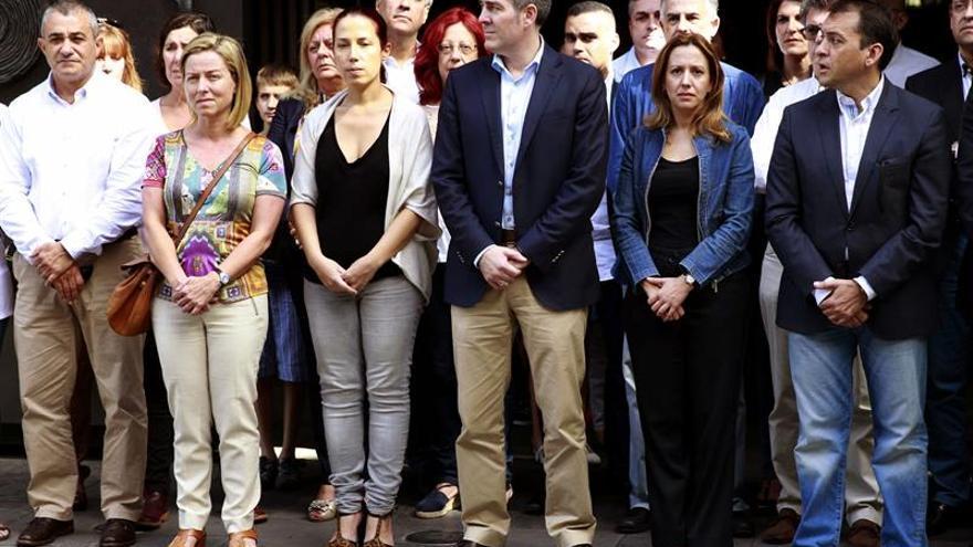 El presidente del Gobierno de Canarias, Fernando Clavijo (3d), y la vicepresidenta, Patricia Hernández (3i), entre otros, durante el minuto de silencio guardado ante la sede de la Presidencia en la capital tinerfeña por las víctimas de los atentados en París