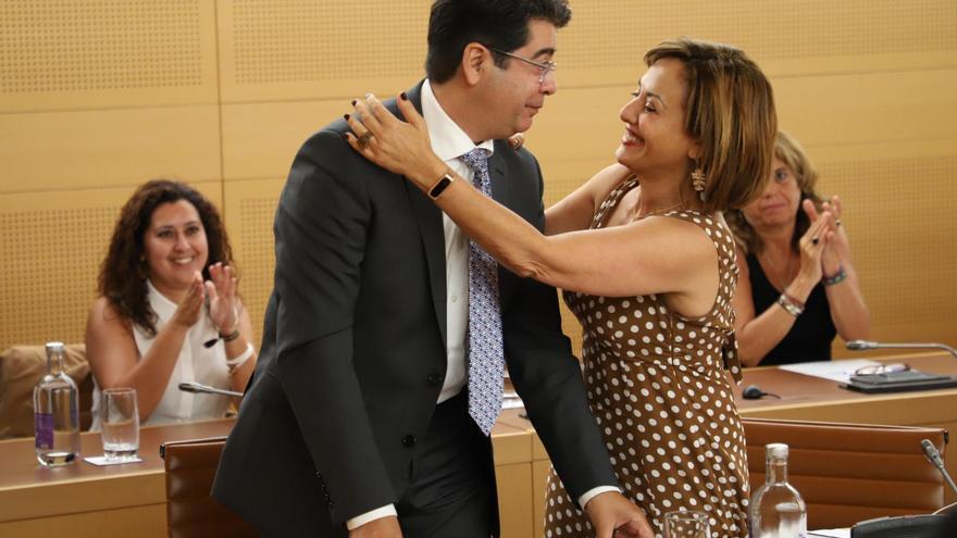 Pedro Martín es felicitado por la número dos del PSOE en el Cabildo de Tenerife