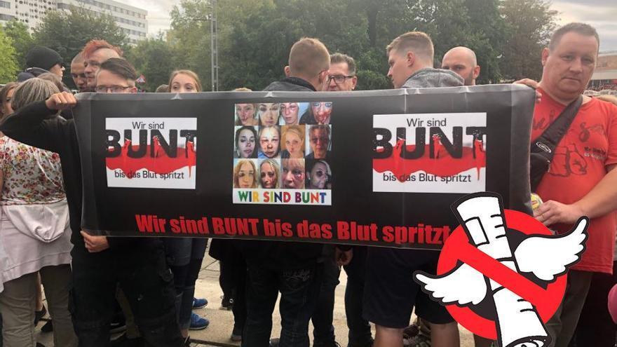 Pancarta con mujeres maltratadas portada por los manifestantes de extrema derecha en Chemnitz.