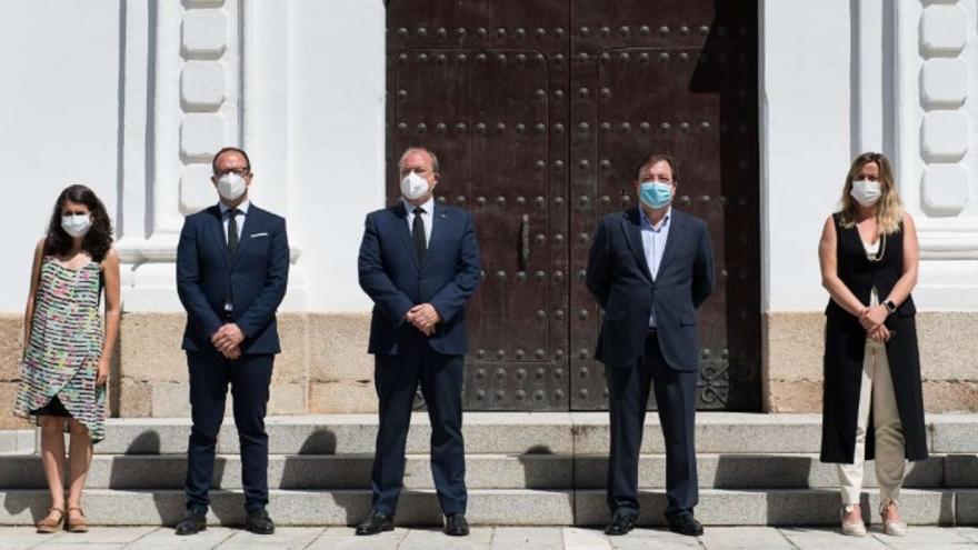 Minuto de silencio celebrado a las puertas de la Asamblea de Extremadura, con la presencia del presidente de la Junta de Extremadura, Guillermo Fernández Vara; la presidenta de la Cámara autonómica, Blanca Martín; y los líderes de los partidos de la oposición