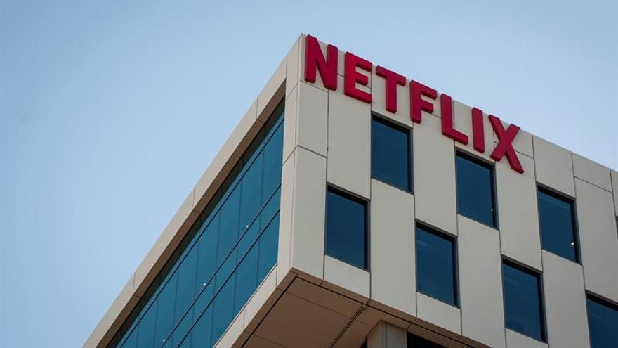 El gigante digital anunció el pasado marzo la creación de un fondo de 100 millones de dólares, de los cuales 85 irían destinados a los empleados de sus propias producciones que se han quedado sin trabajo por el parón en los rodajes mientras que los 15 restantes se usarían para ayudar a los trabajadores de la industria audiovisual no directamente relacionados con Netflix.