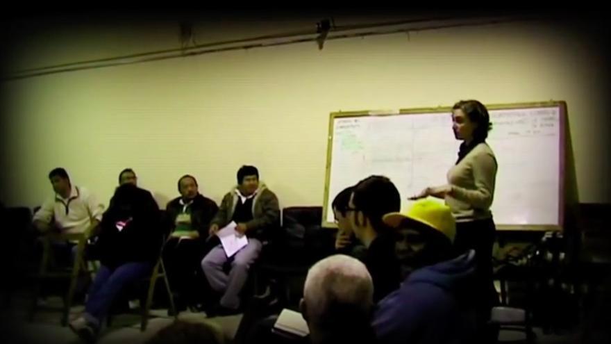 Ada Colau, en la primera asamblea de la PAH, que aparece en el documental 'La plataforma'