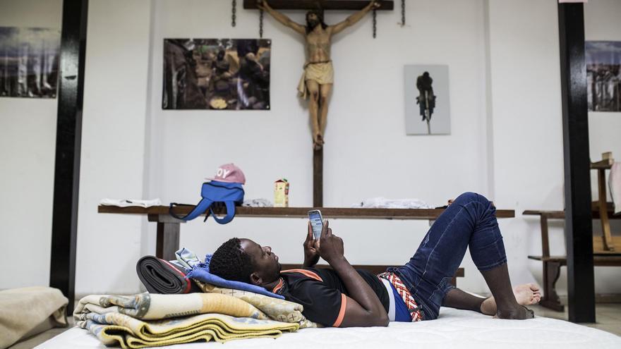 Un migrante rescatado por Salvamento Marítimo en el Estrecho de Gibraltar, momentos antes de dormir en la Parroquia de San Carlos Borromeo