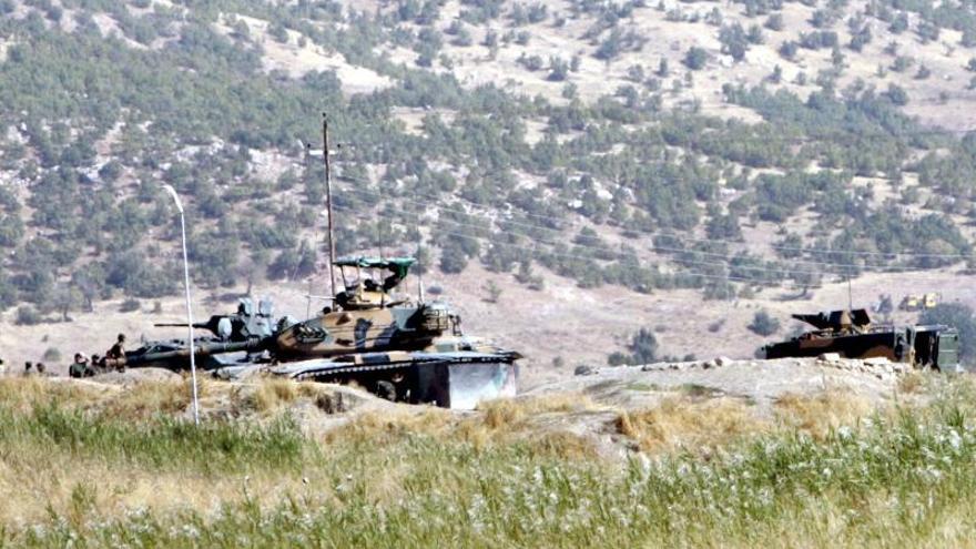 Tanques turcos atacan un convoy de un grupo islamista en Siria, según una emisora