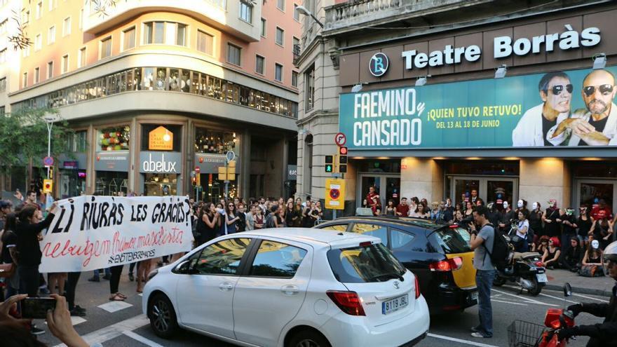 Protesta a las puertas del Teatre Borràs contra la función de Jorge Cremades