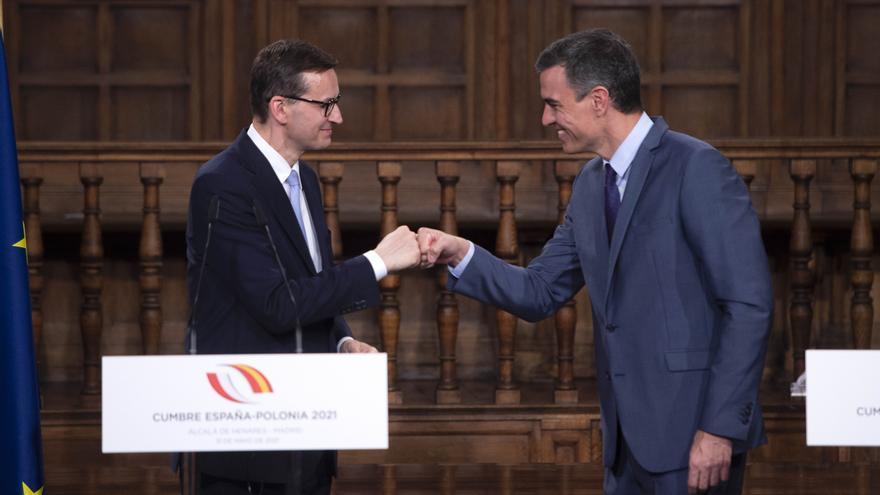 El presidente del Gobierno, Pedro Sánchez, saluda al primer ministro de Polonia, Mateusz Morawiecki, durante la cumbre bilateral en Alcalá de Henares