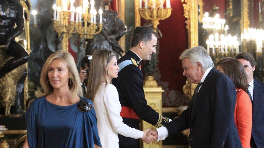 El expresidente del Gobierno Felipe González saluda tras su mujer, Mar García Vaquero, a los reyes Felipe VI y Letizia en la recepción a los representantes instucionales en el Palacio Real con motivo de la proclamación del rey. EFE/Luis Tejido