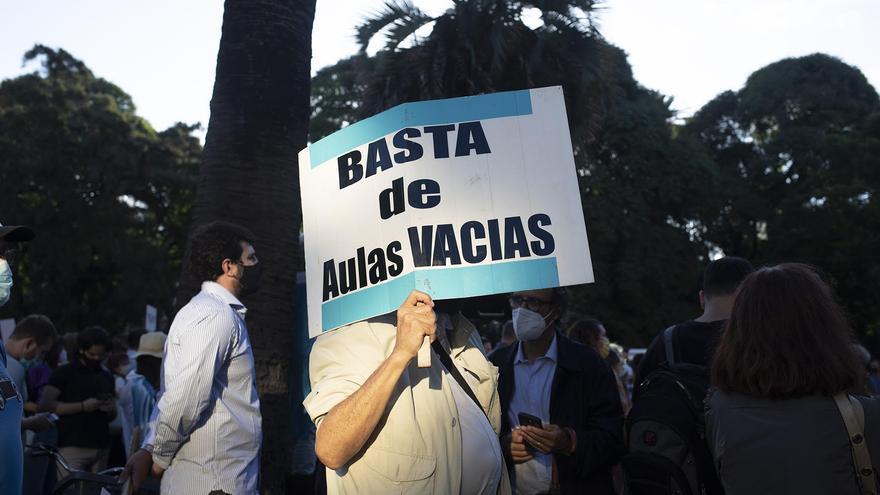 Pupitres, banderas argentinas y el chozno de Sarmiento en el reclamo por la vuelta a las aulas de Juntos por el Cambio