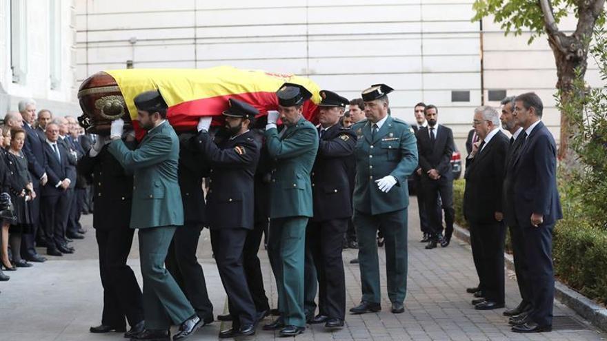Carlos Lesmes, Rafael Catalá y Juan José González Rivas, reciben los restos mortales del fiscal general del Estado, José Manuel Maza