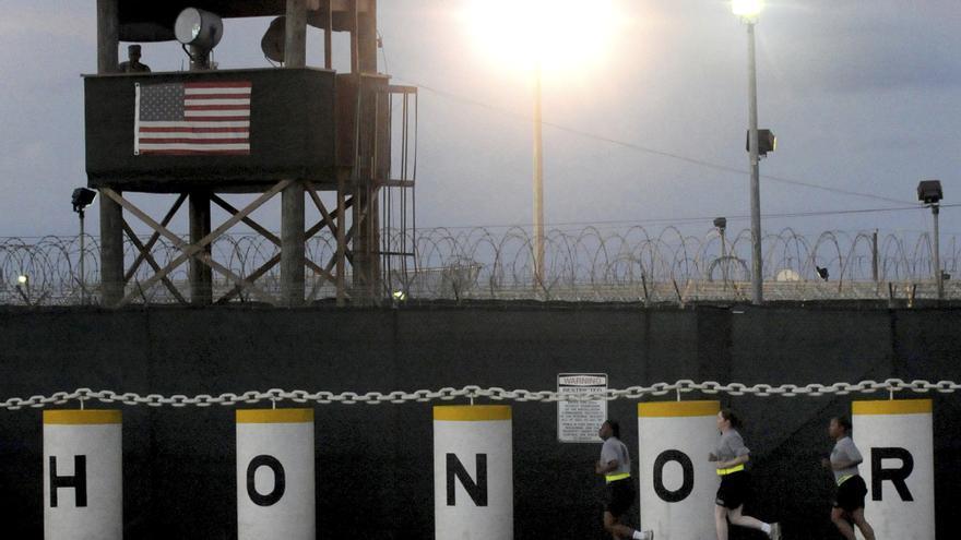 Soldados estadounidenses hacen ejercicio en la base militar de Guantánamo.