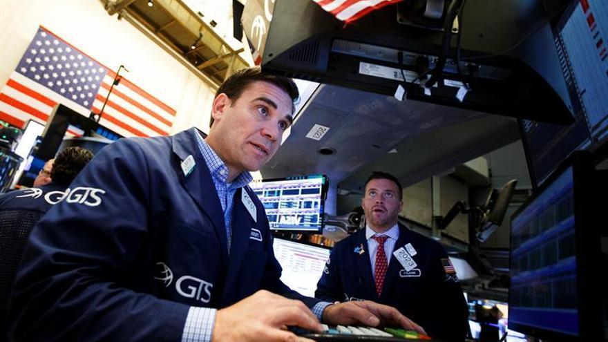 Wall Street amortigua parte de sus pérdidas a media sesión