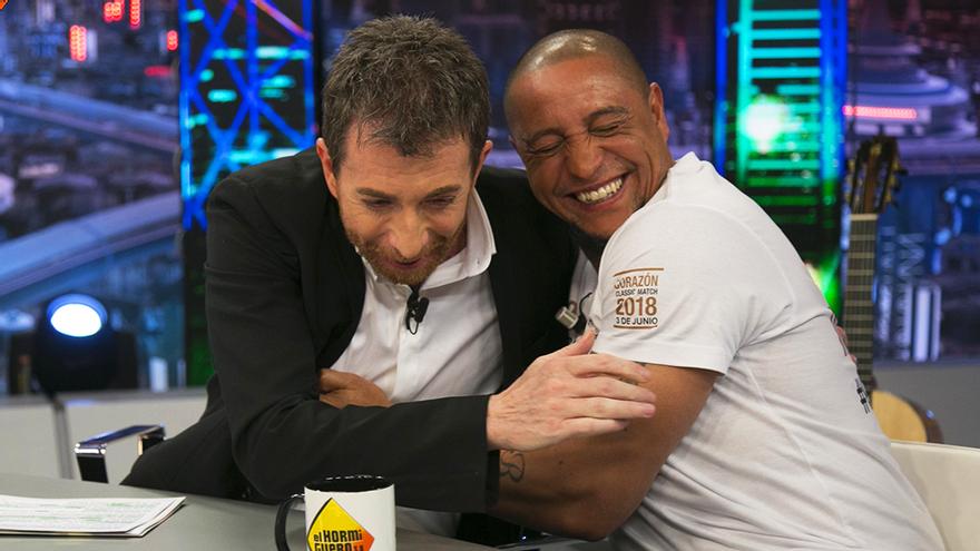 Pablo Motos y Roberto Carlos en 'El Hormiguero'