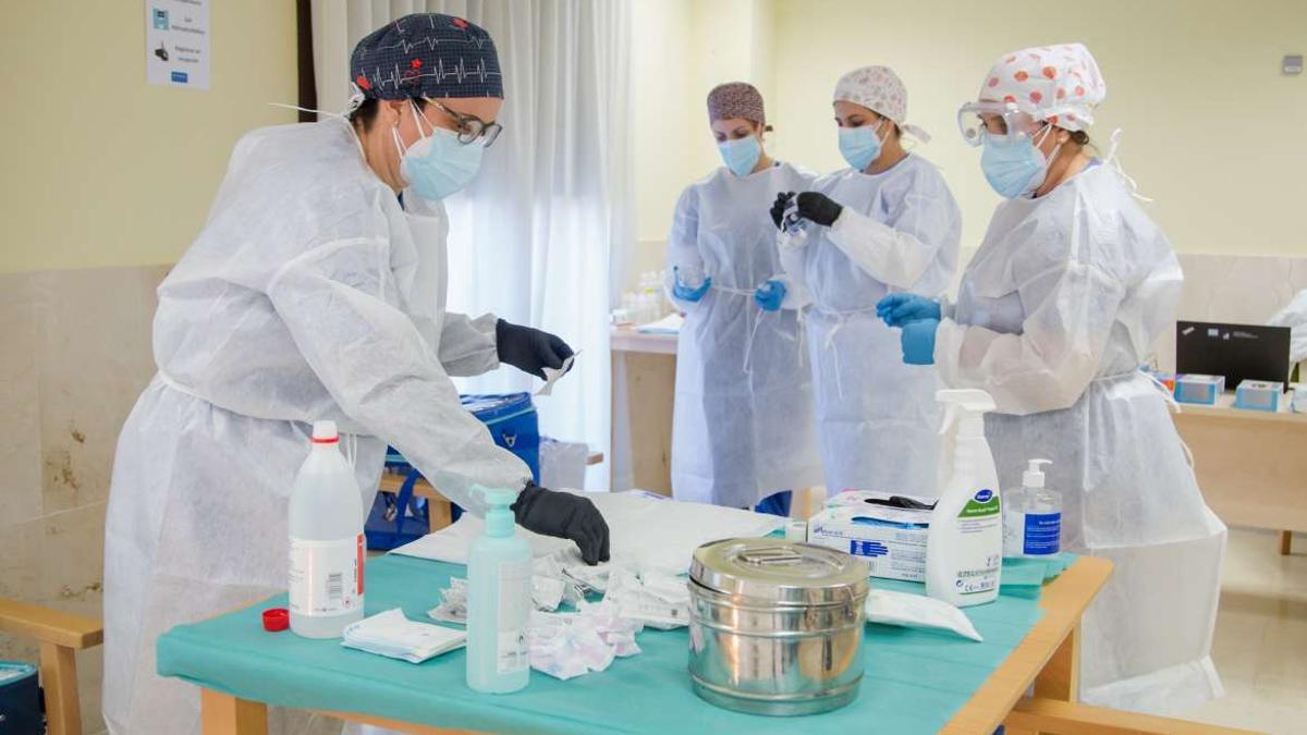 Enfermeras preparan la vacunación en una residencia de mayores de Extremadura