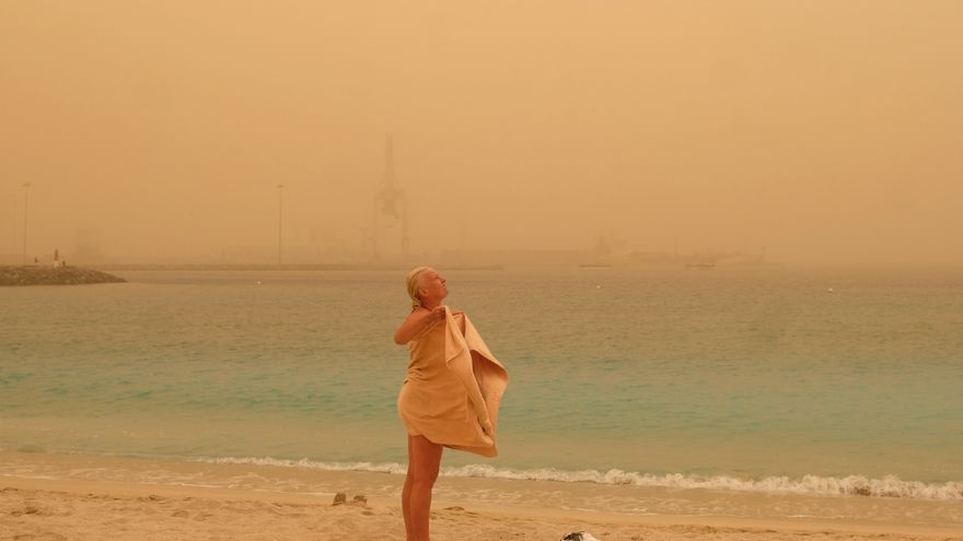 Una turista toma un baño en Playa Chica en Puerto del Rosario.