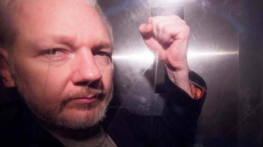 """Decenas de activistas, organizaciones por los derechos humanos, civiles y por la libertad de prensa de todo el mundo, han enviado una carta abierta, divulgada este viernes, instando al Gobierno británico a """"liberar de manera inmediata"""" al fundador de WikiLeaks, Julian Assange. EFE/ Neil Hall/Archivo"""