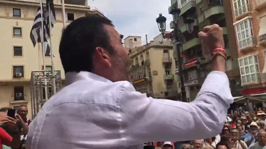 José López dando un discurso en la puerta del Ayuntamiento de Cartagena el pasado domingo 16 de junio