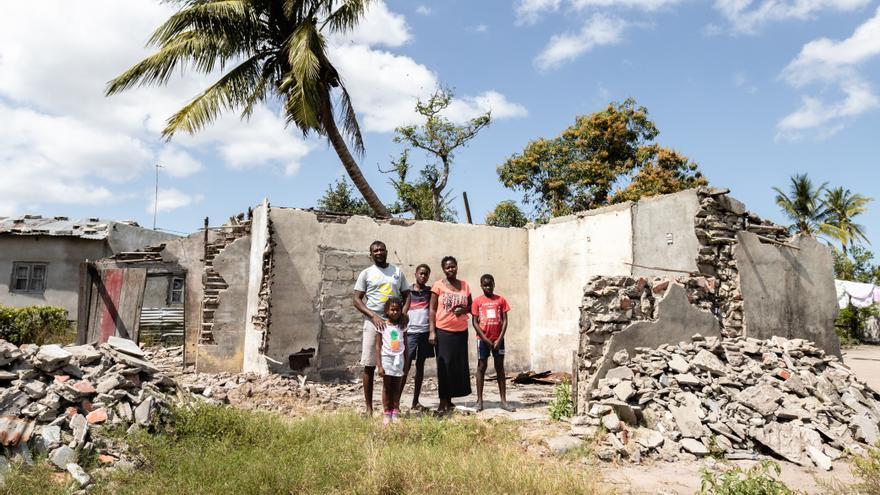 Issaji Bernardo y su familia junto a los escombros de la casa donde su tía perdió la vida el día del ciclón.