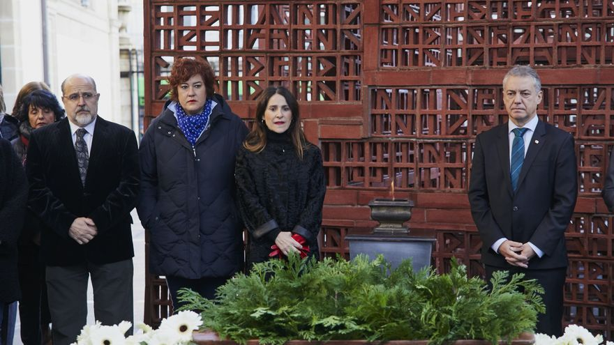 El lehendakari, la presidenta del Parlamento y la vicepresidenta, en la conmemoración del Día de la Memoria
