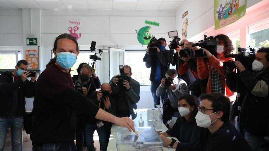 El candidato de Unidas Podemos a la Presidencia de la Comunidad de Madrid, Pablo Iglesias, ejerciendo su derecho al voto en el Colegio de La Navata, Galapagar