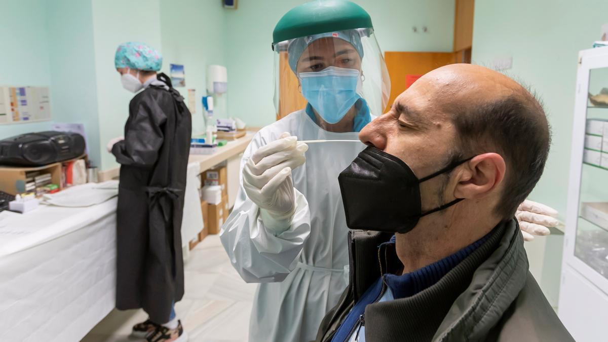 Un hombre se somete a una prueba PCR en Zaragoza. EFE/JAVIER BELVER/Archivo