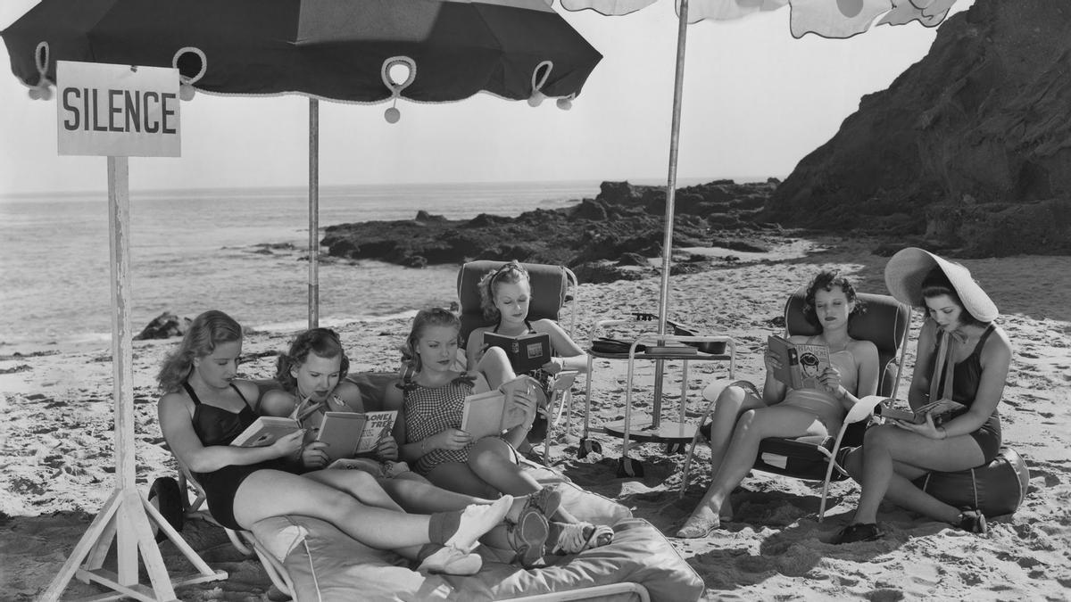 Mujeres leyendo en la playa