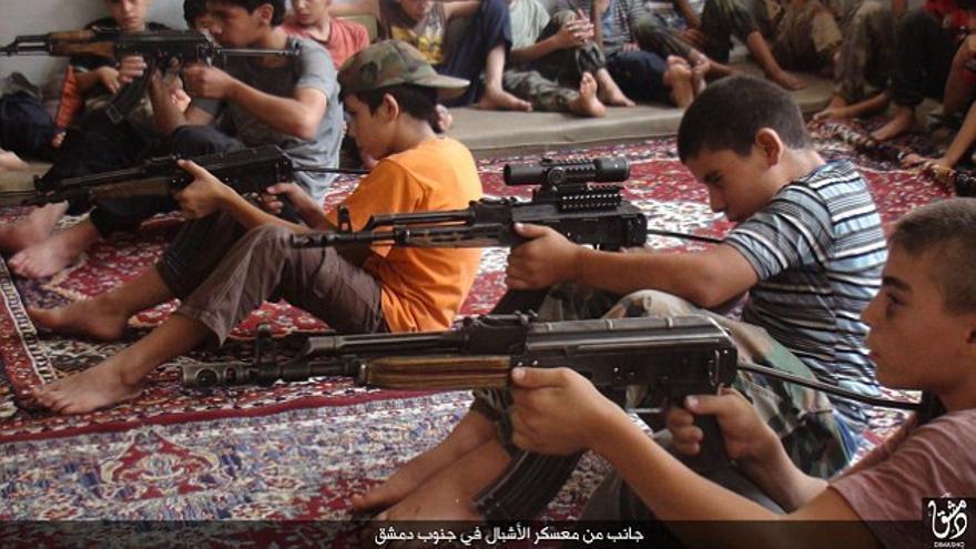 Una imagen de propaganda del ISIS durante un entrenamiento de niños soldado.